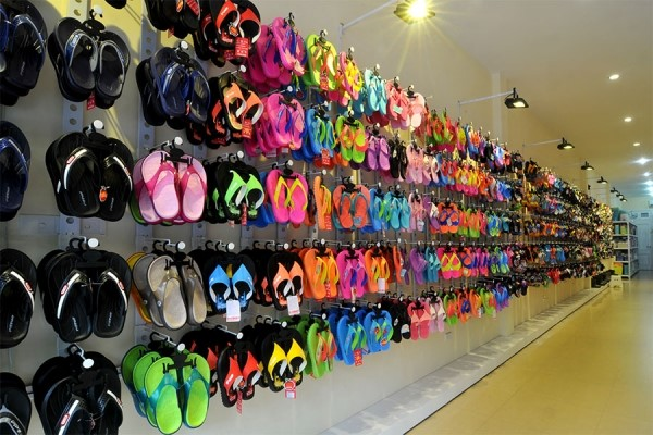 Sang xứ sở Chùa Vàng để mua giày nhựa giá gốc, giá sỉ